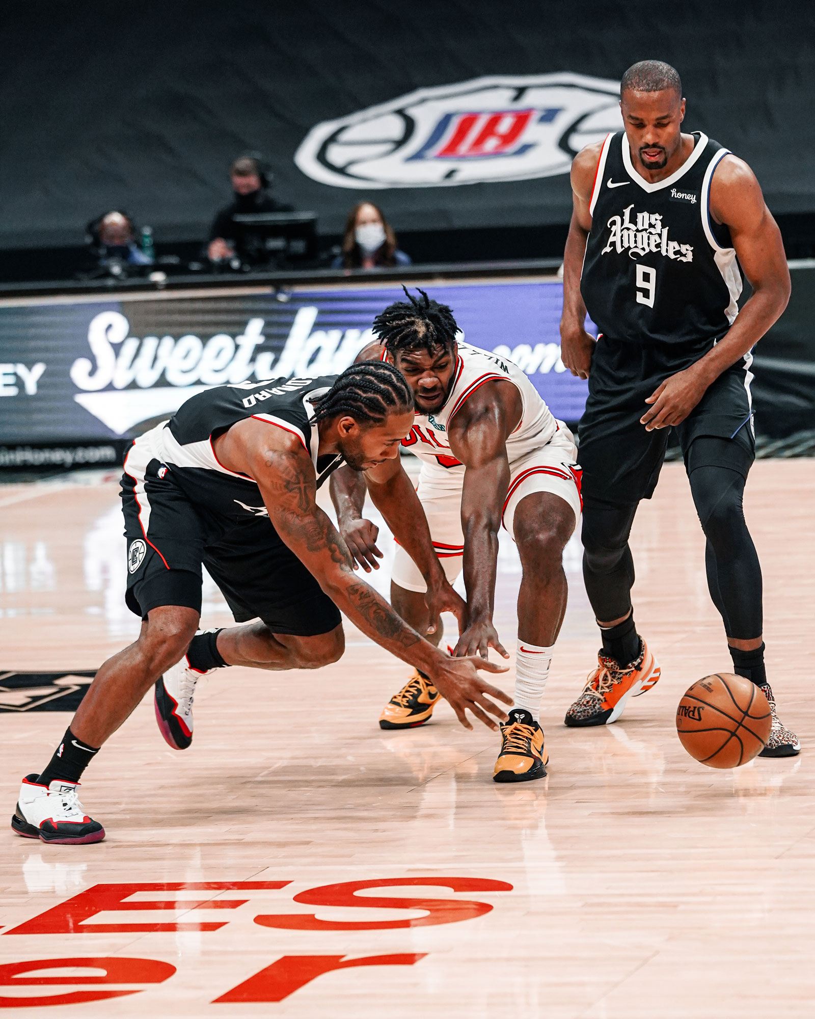 Patrick Williams defends against Kawhi Leonard