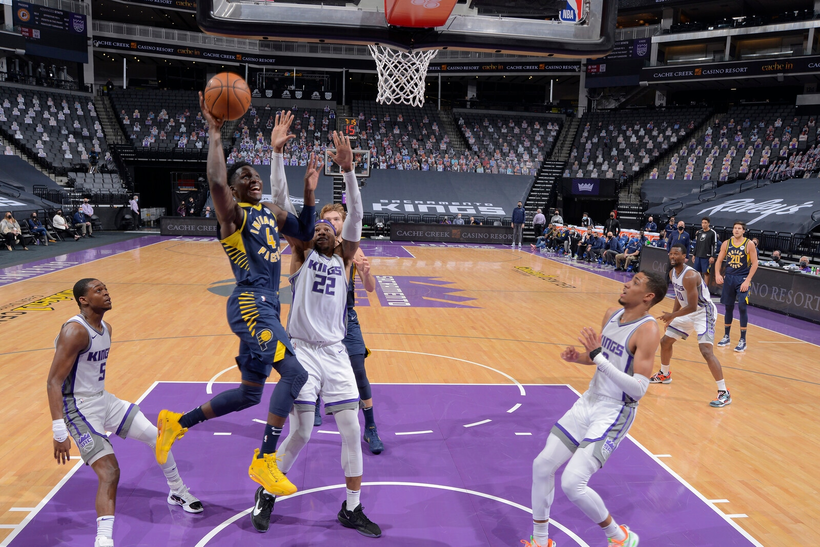 Victor Oladipo goes up