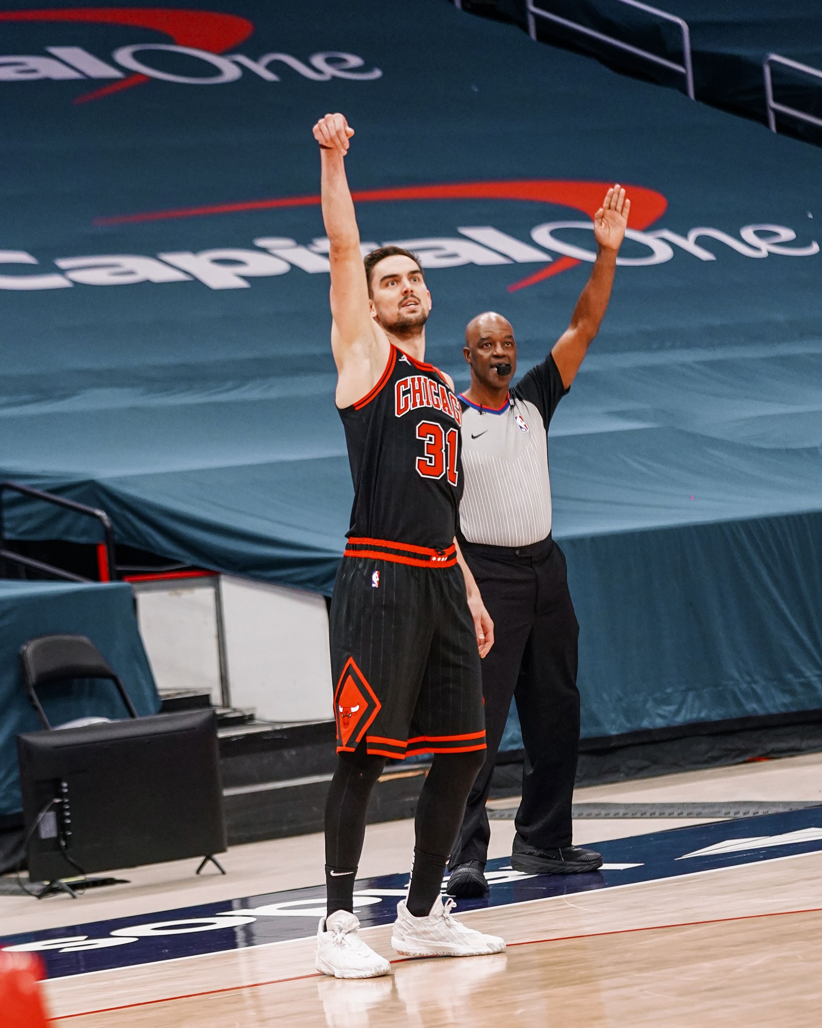Satoransky holds his hand up after he shoots