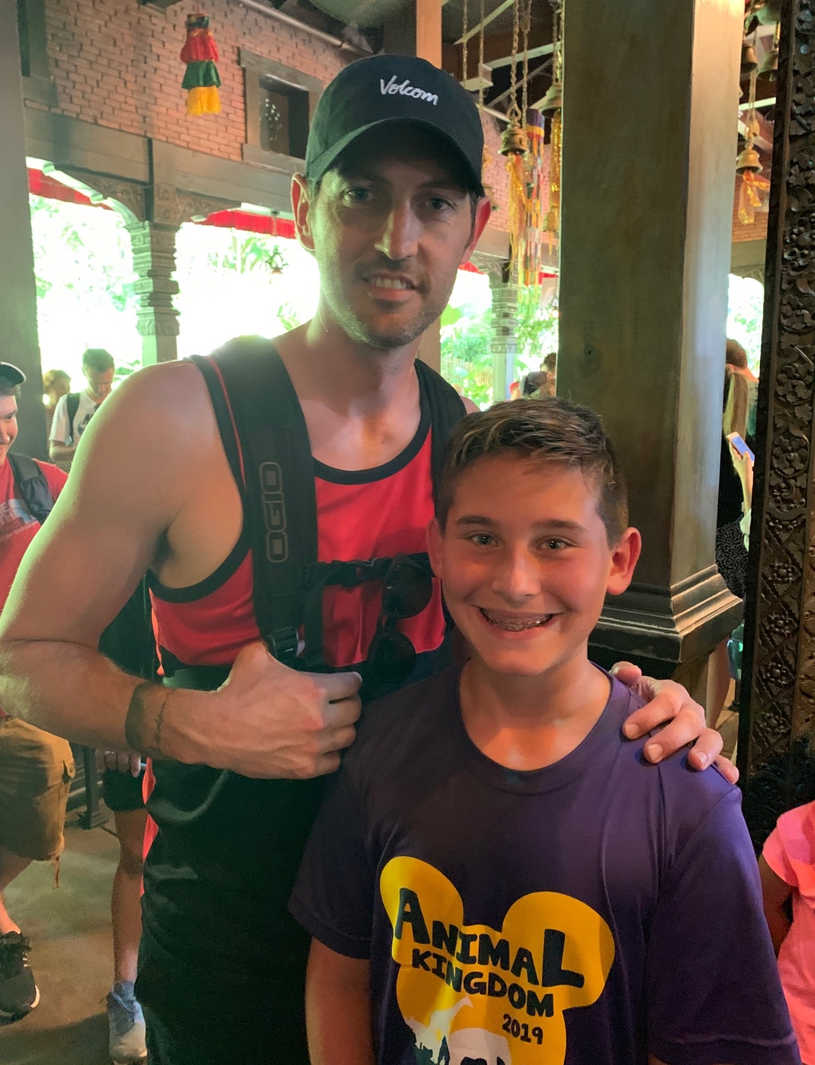 Former Bulls guard Kirk Hinrich poses with a fan at Animal Kingdom