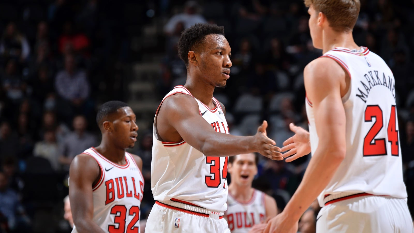 Wendell Carter Jr. high fives Lauri Markkanen