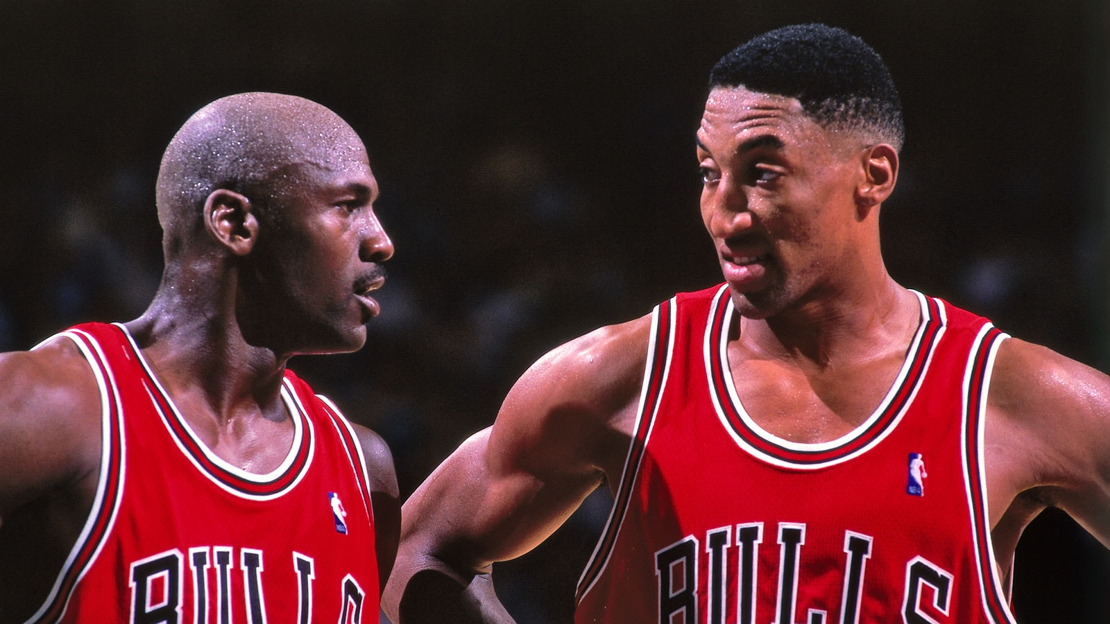 Scottie Pippen huddles with Michael Jordan in a 1998 game against the Charlotte Hornets