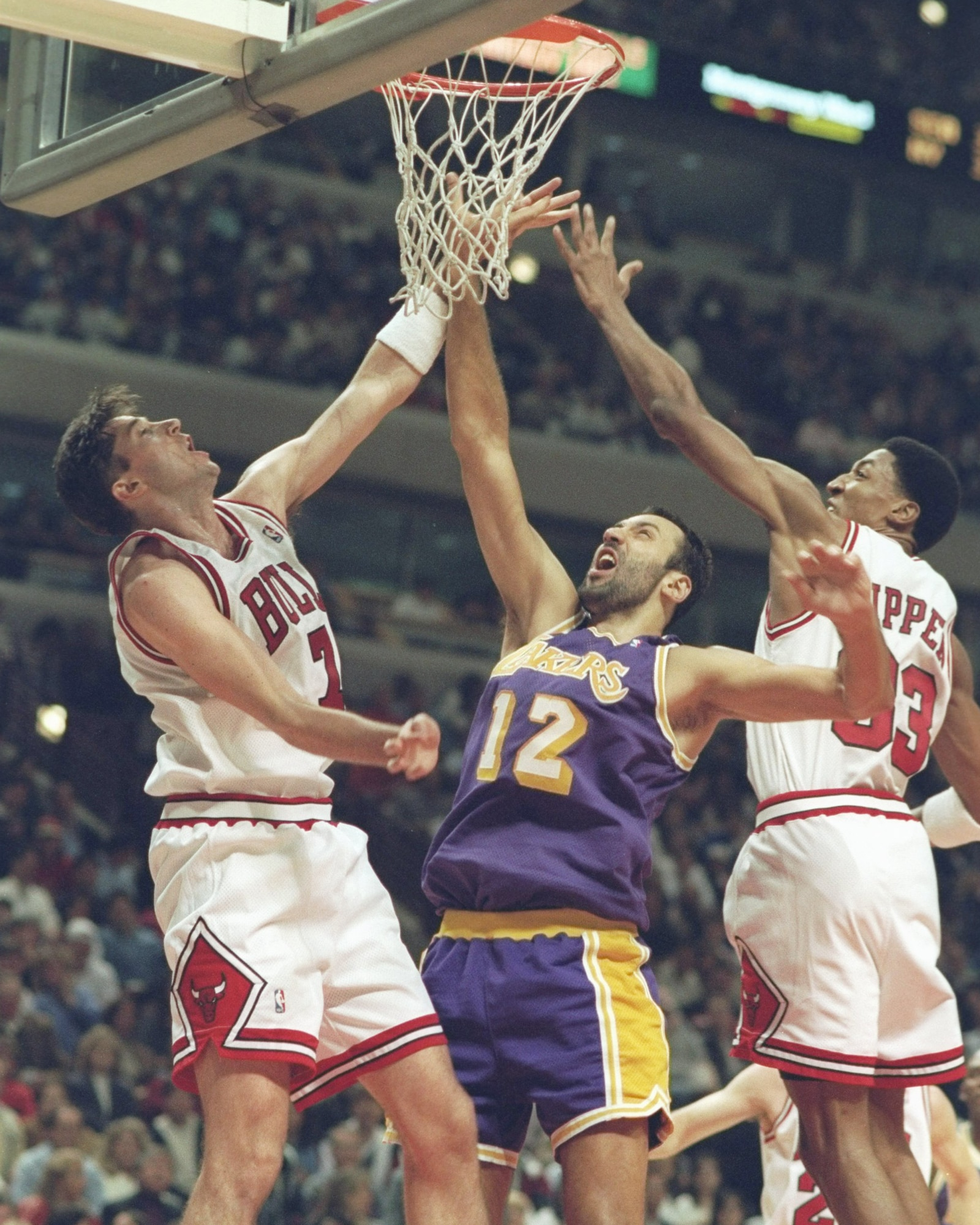 Kukoc and Pippen battling against the Lakers' Vlade Divac
