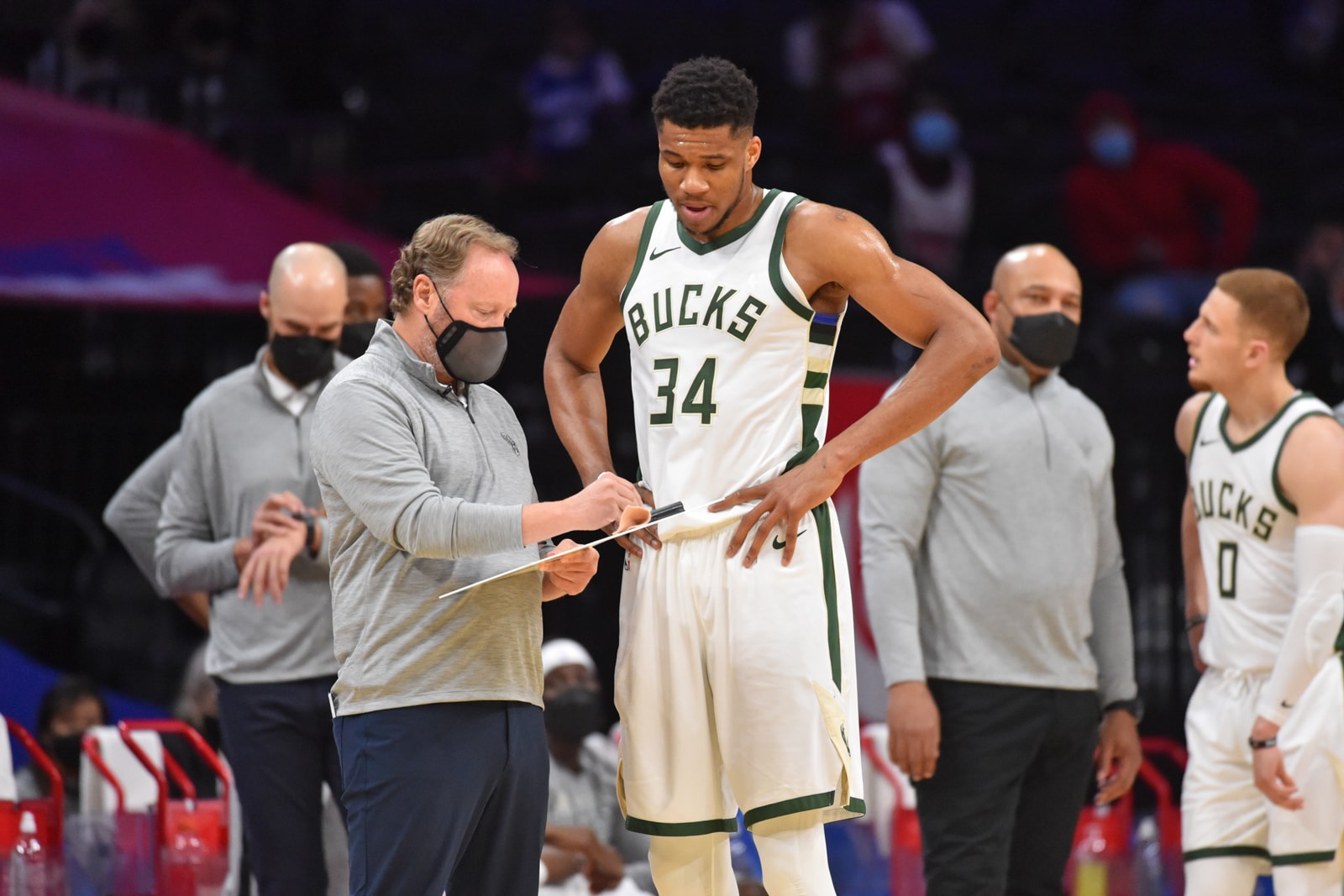 Giannis and Budenholzer talk about a play