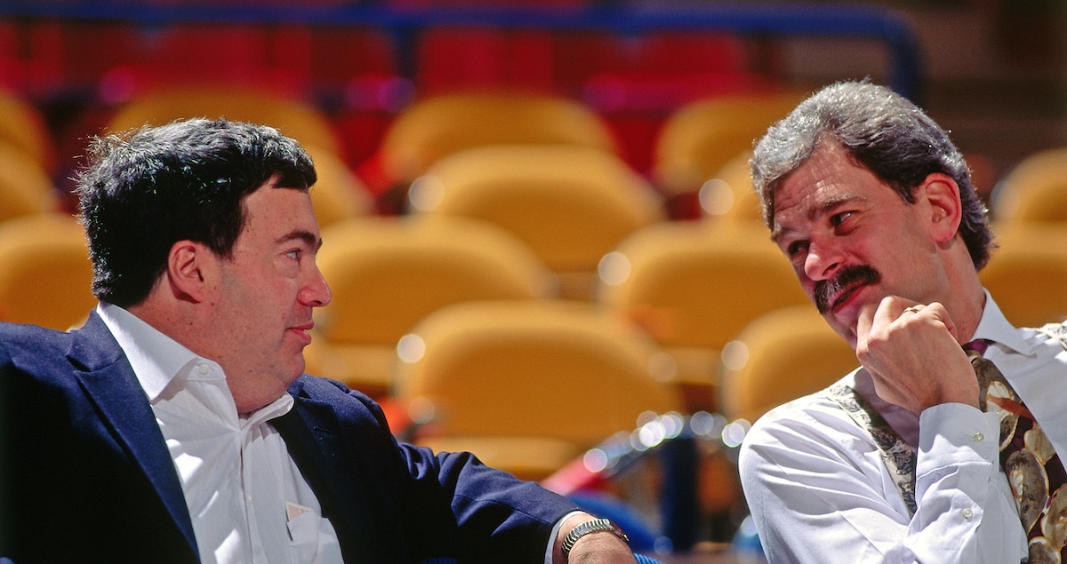 Former Bulls GM Jerry Krause sits and chats with Head Coach Phil Jackson