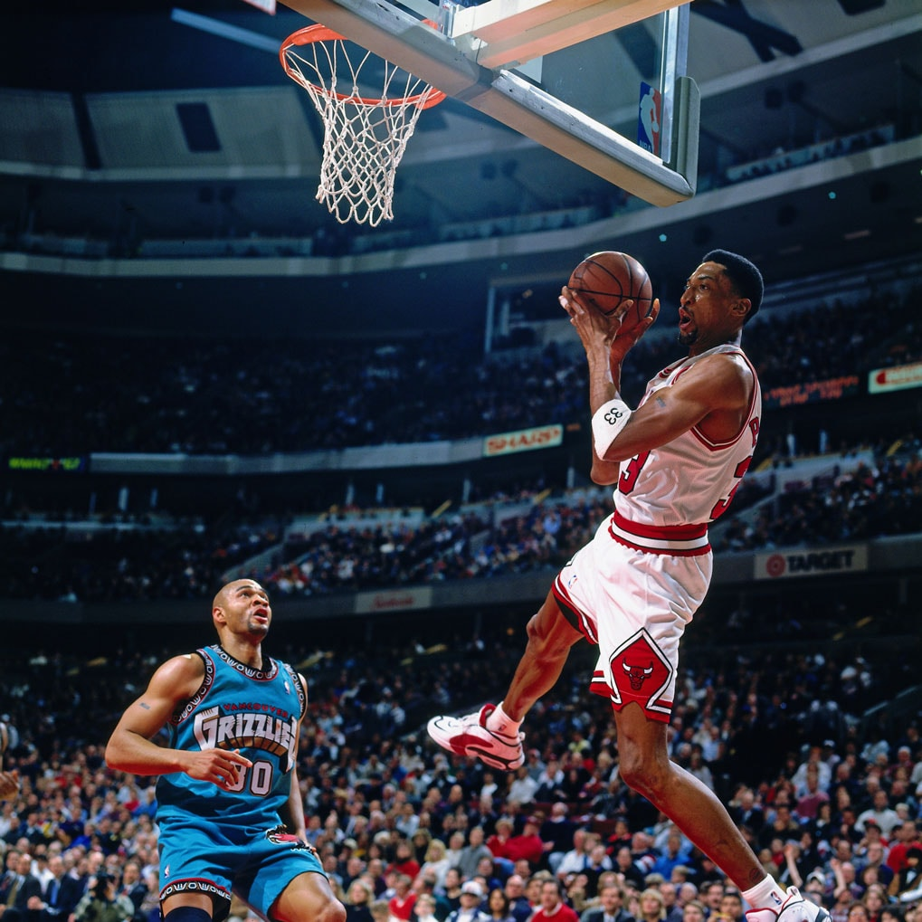 Scottie Pippen #33 of the Chicago Bulls drives against the Vancouver Grizzlies on January 24, 1996 at the United Center in Chicago, Illinois.