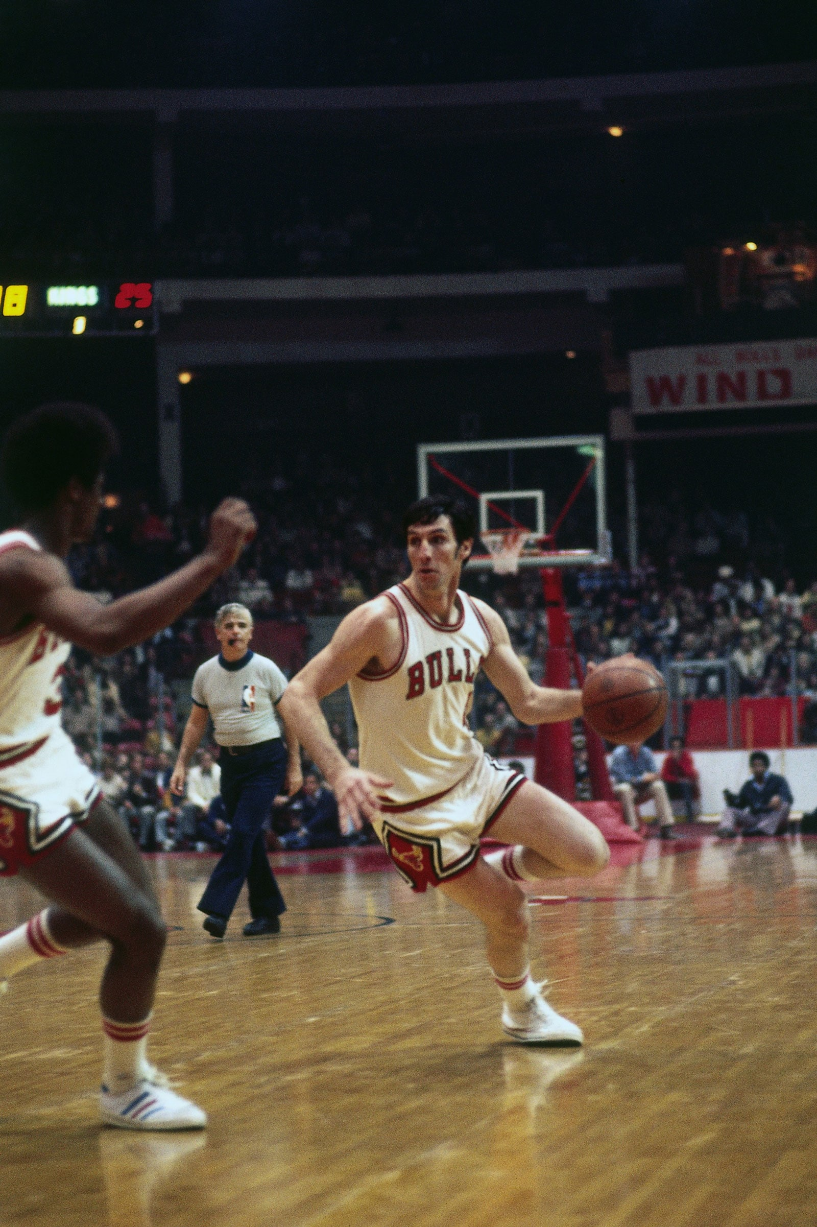 Jerry Sloan #4 of the Chicago Bulls drives the ball up court during a game played in 1975 at Chicago Stadium in Chicago, Illinois.